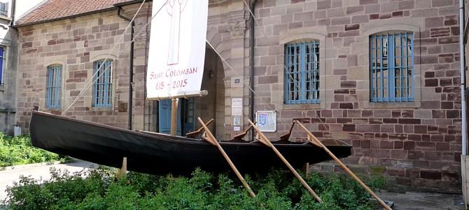 Luxeuil: installation d'un Curragh devant l'Abbaye